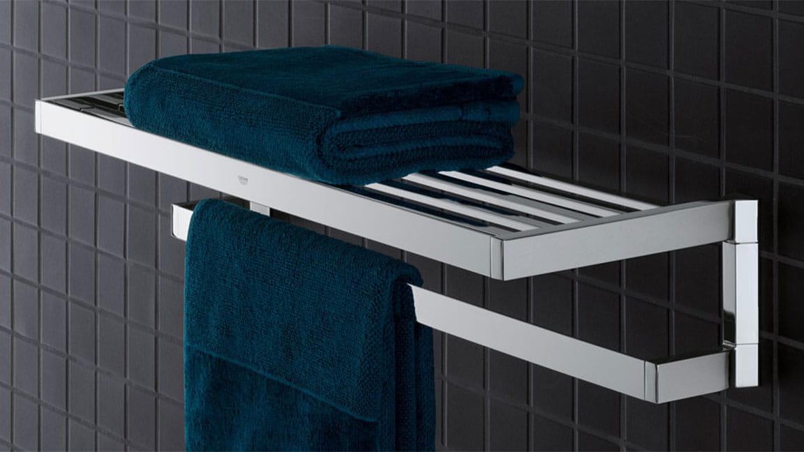 Porte-serviettes Selection cube sur un mur carrelé noir